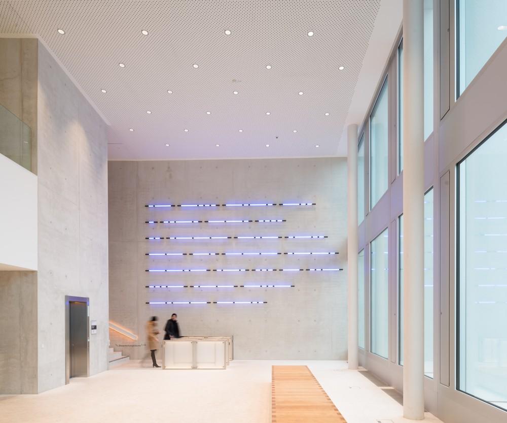 Unterstrichen wird die Architektur der Post am Rochus durch das Licht. Abbildung: Zumtobel/Lukas Schaller