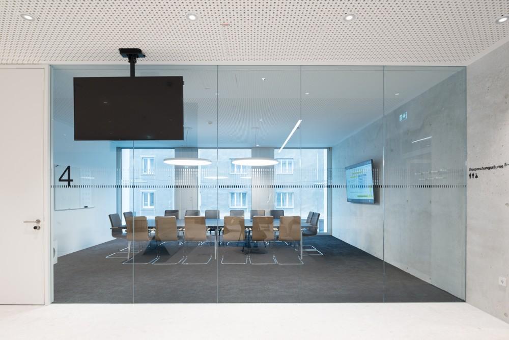 In den Konferenzräumen liefern runde ONDARIA-LED-Flächenleuchten, kombiniert mit zusätzlichen Raumeck-Strahlern DIAMO, ein unterschiedlich gestaltbares Licht. Abbildung: Zumtobel/Lukas Schaller