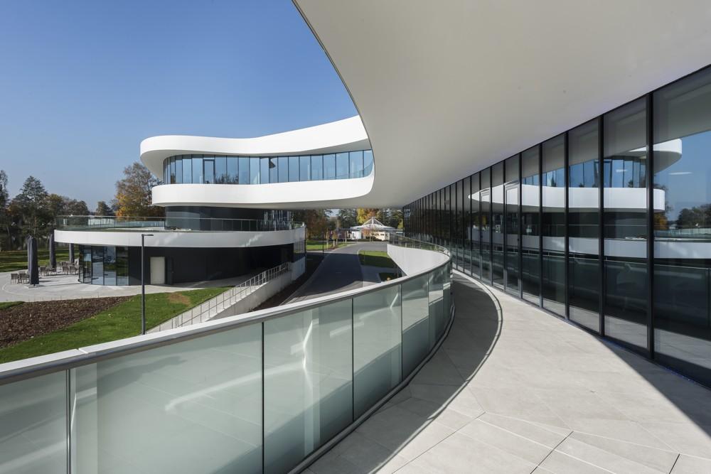Umlaufende Terrassen auf jeder Etage unterstreichen den offenen Charakter des Firmenneubaus. Abbildung: Uwe Mühlhäusser