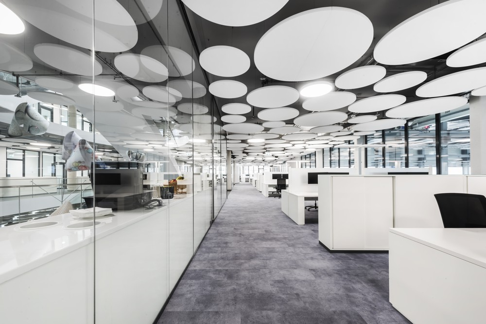 Auf insgesamt 6.000 m² verbinden die textilen Designplanken von TOUCAN-T den für Teppichboden charakteristischen hohen Geh- und Aufenthaltskomfort mit puristischer Optik. Uwe Mühlhäusser