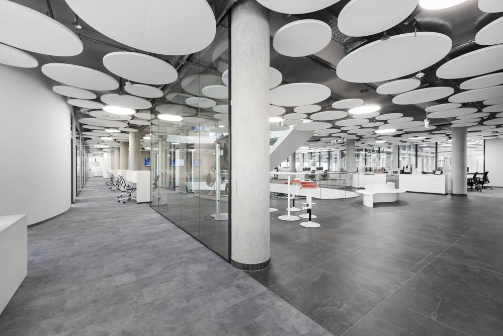 Im Zusammenspiel mit Glas, Beton und Granitfliesen bieten PLANKX akustischen Raumkomfort. Abbildung: Uwe Mühlhäusser