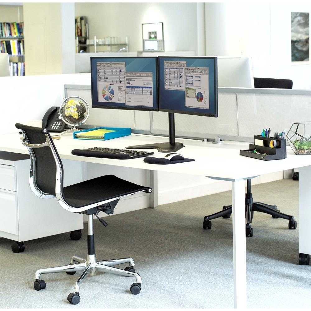 Monitorarme, Handgelenkauflagen für Maus und Tastatur sowie Organisationshilfen für den Arbeitsplatz von Fellowes. Abbildung: Fellowes