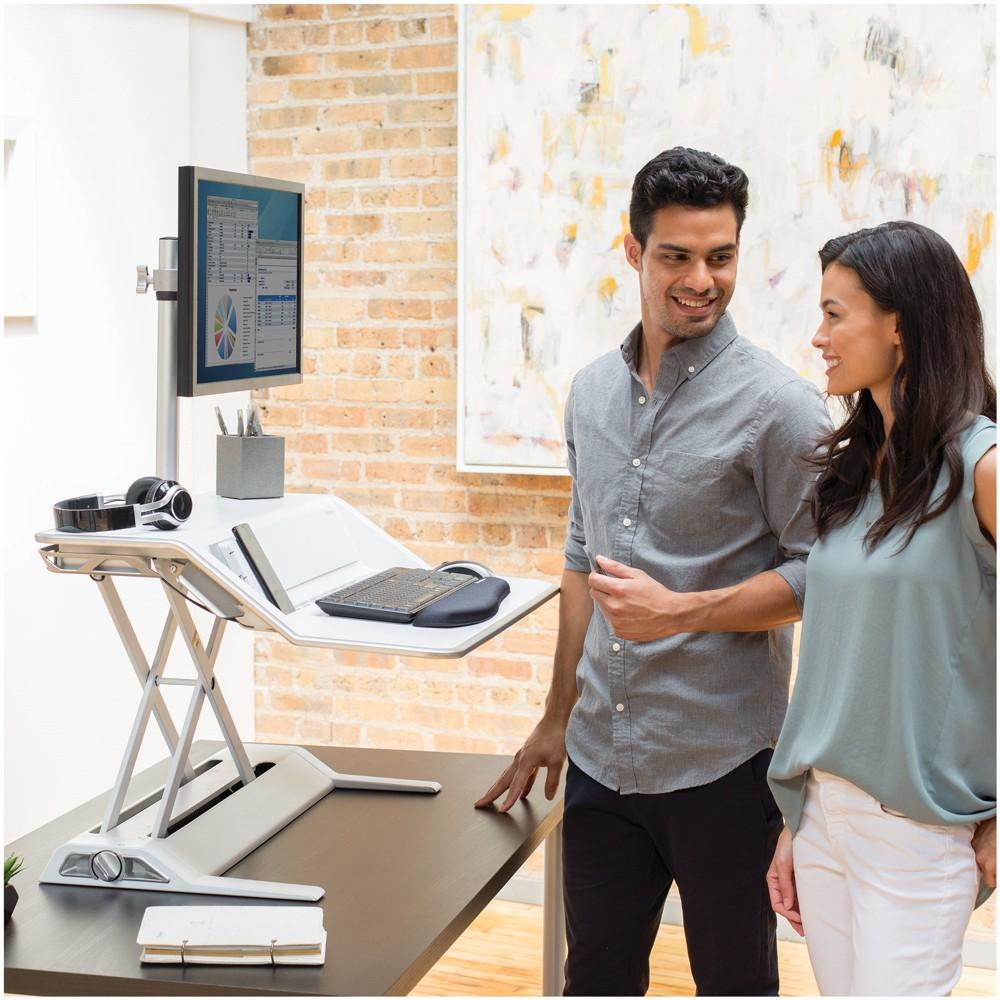 Die Sitz-Steh-Workstation Lotus DX sorgt für mehr Bewegung am Arbeitsplatz. Abbildung Fellowes