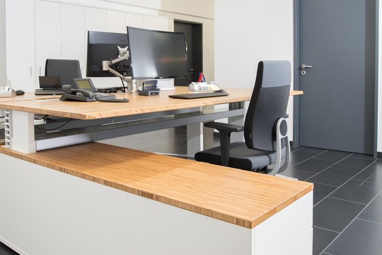 Die Sitz-Steh-Funktion der Schreibtische wird ergonomischem Arbeiten gerecht. Abbildung: Leuwico