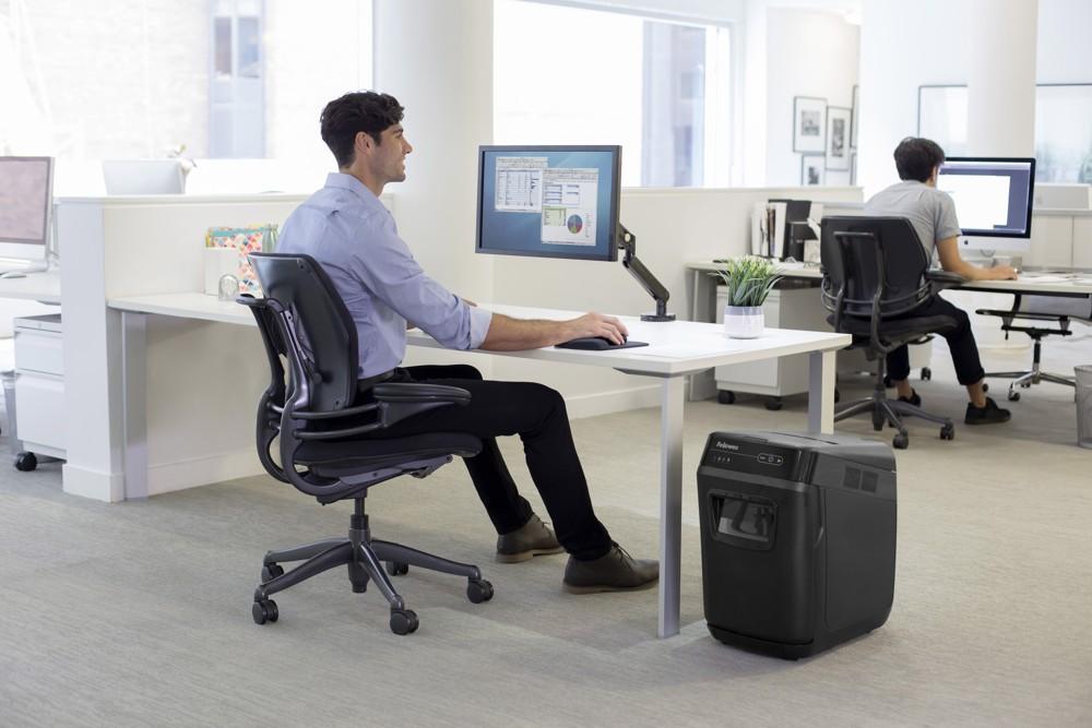 Gesunde Arbeitsbedingungen und Datensicherheit. Fellowes bietet Lösungen, um Effektivität und Wohlbefinden der Office-Worker zu steigern. Abbildung: Fellowes