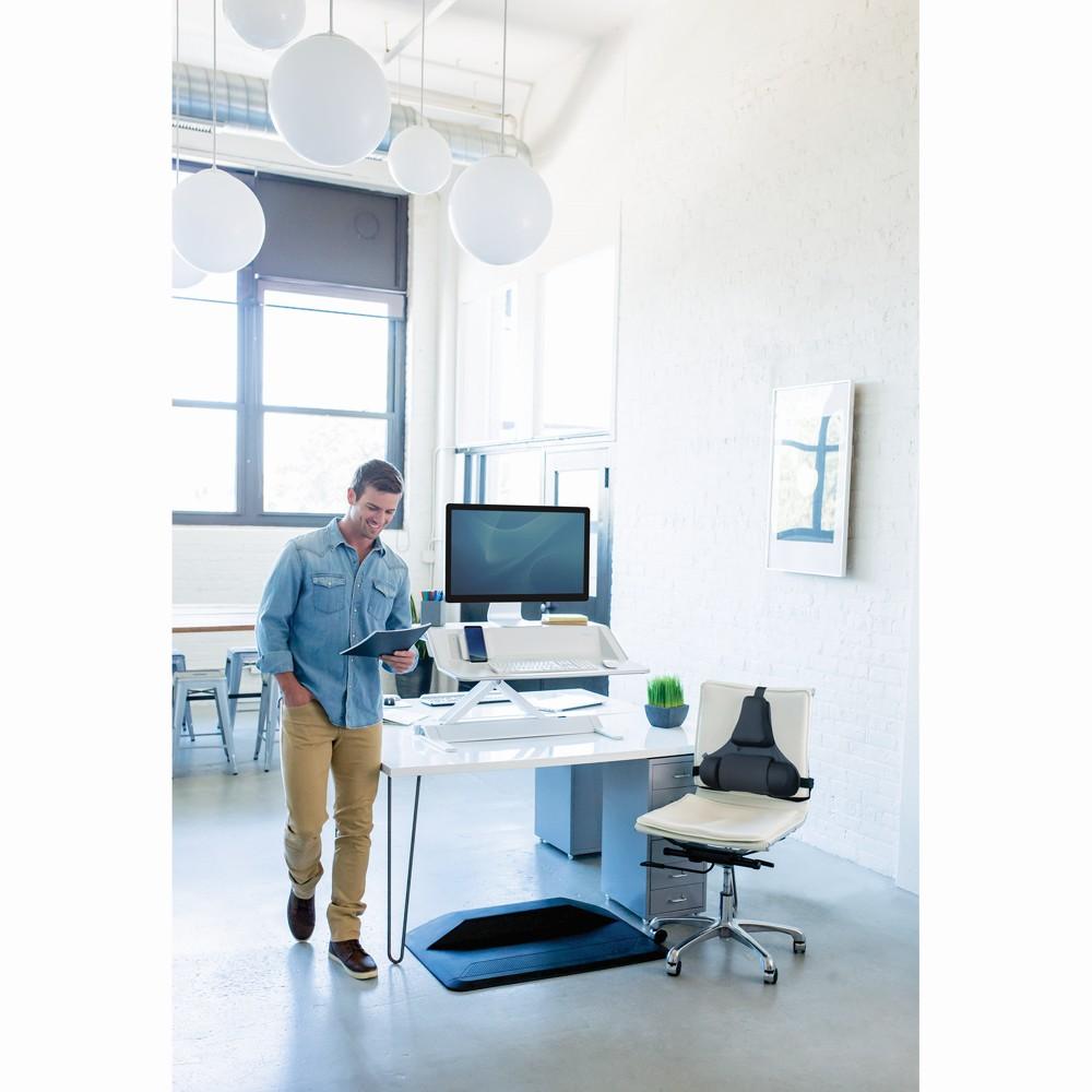 Ergonomielösungen am Arbeitsplatz: Fuß- und Rückenstütze sowie die höhenverstellbare Sitz-Steh-Workstation Lotus DX. Abbildung: Fellowes