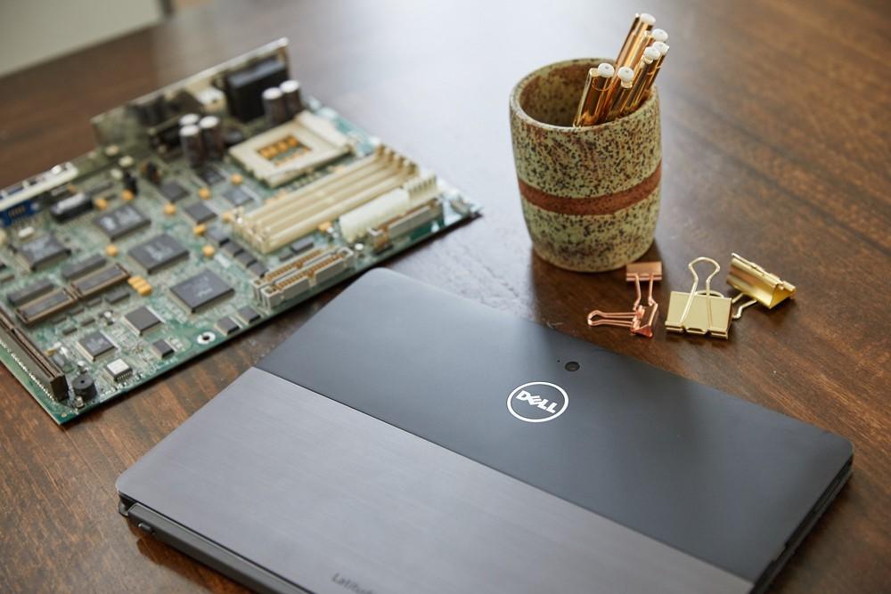Das 2-in-1-Convertible Latitude 5285 ist das erste Produkt von Dell, in dem recyceltes Gold verwendet wird.