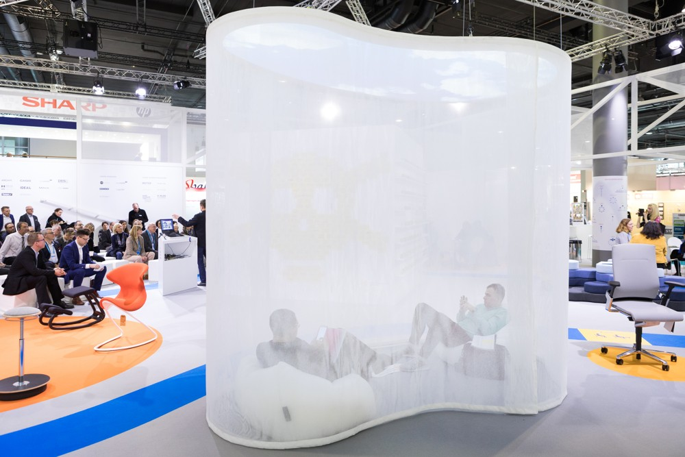"""Auch 2019 bietet die Sonderschau """"Büro der Zukunft"""" interessante Vorträge und Eindrücke. Abbildung: Paperworld/Messe Frankfurt."""