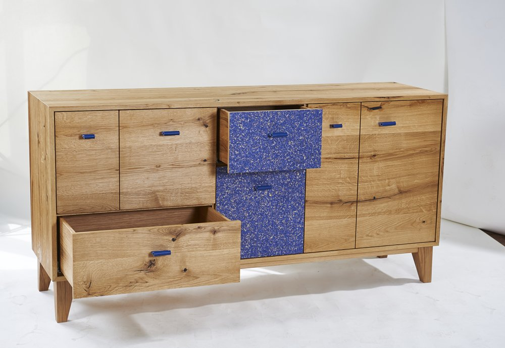 Natürliche Beschichtungen Die Beschichtung Kornbluama Blau auf einem Sideboard. Abbildung: Organoid Technologies