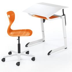 Der Tisch Genio und der Stuhl Agiro (Orange) in Seitenansicht. Abbildung: Mayr Schulmöbel