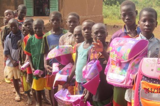 Stylex und School-Mood spenden Schulranzen nach Burkina Faso