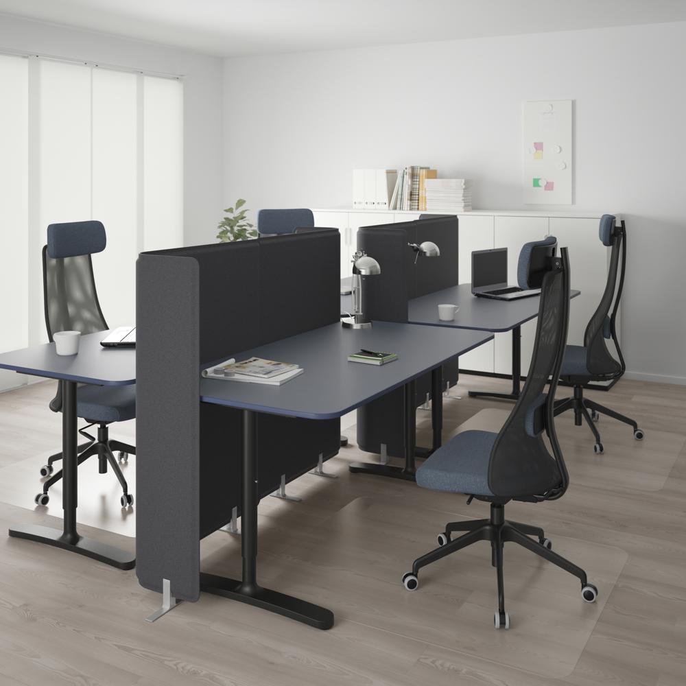 Die Schreibtische der Serie BEKANT mit Tischplatten aus Linoleum. Abbildung: IKEA