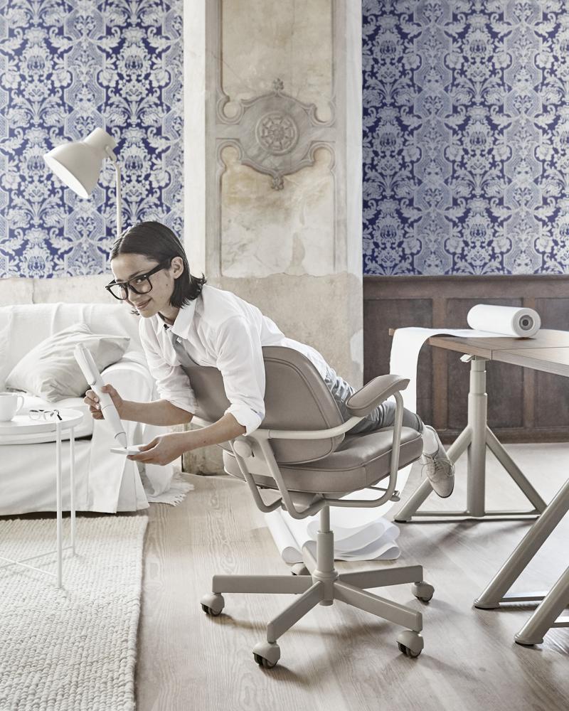 Der Drehstuhl ALEFJÄLL überzeugt unter anderem durch Sicherheitsrollen mit Bremsmechanismus. Abbildung: IKEA