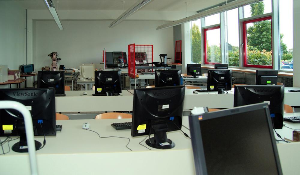 Ob mit festen PCs oder mit Laptops, eine digitale Ausstattung von Klassenzimmern ist wichtiger denn je. Abbildung: pixelio