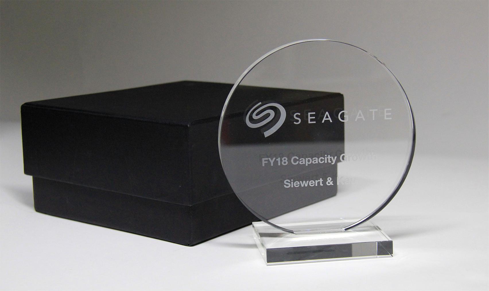 Siewert & Kau gewinnt Award für die gesteigerte Kapazität der verkauften Festplatten. Abbildung: Siewert & Kau