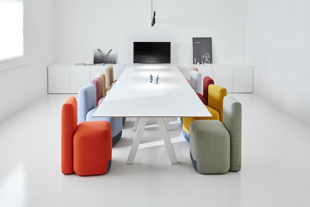 Tisch Trestle und Stühle der Serie Season Chair von Viccarbe. Abbildung: Viccarbe