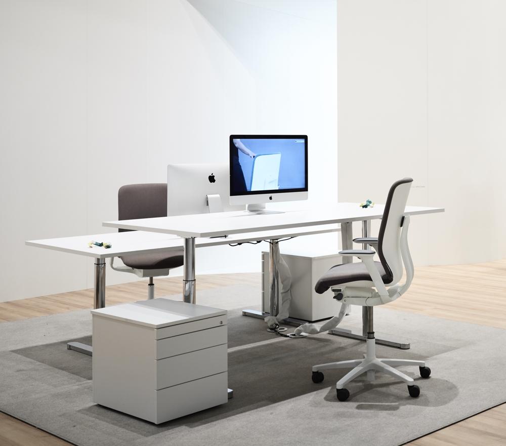 Die Modellreihe AT esp (Design: Wilkhahn) ermöglicht mit der erhöhten Sitzposition und aktivierter Vorneigung den fließenden Wechsel zwischen Sitzen, Stützen und Stehen. Abbildung: Wilkhahn