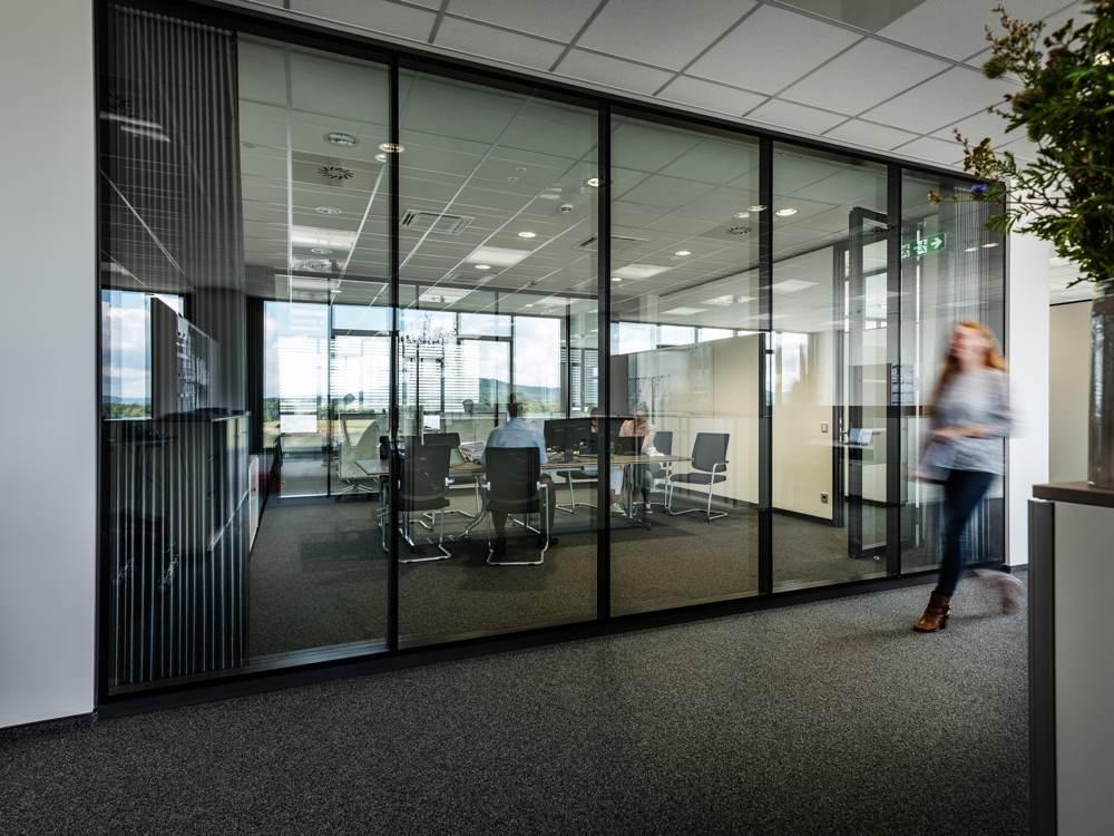 Elegante Glaswände trennen Büros vom Flur. Abbildung: designfunktion