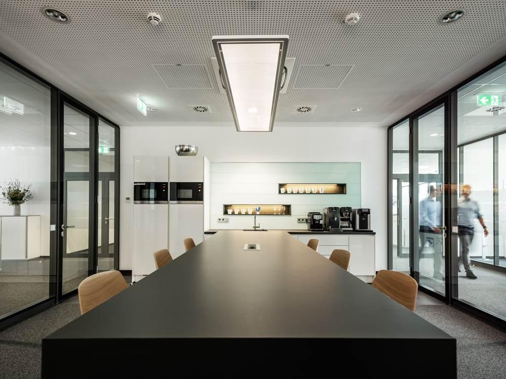 Meetingraum mit integrierter Küchenzeile. Abbildung: designfunktion
