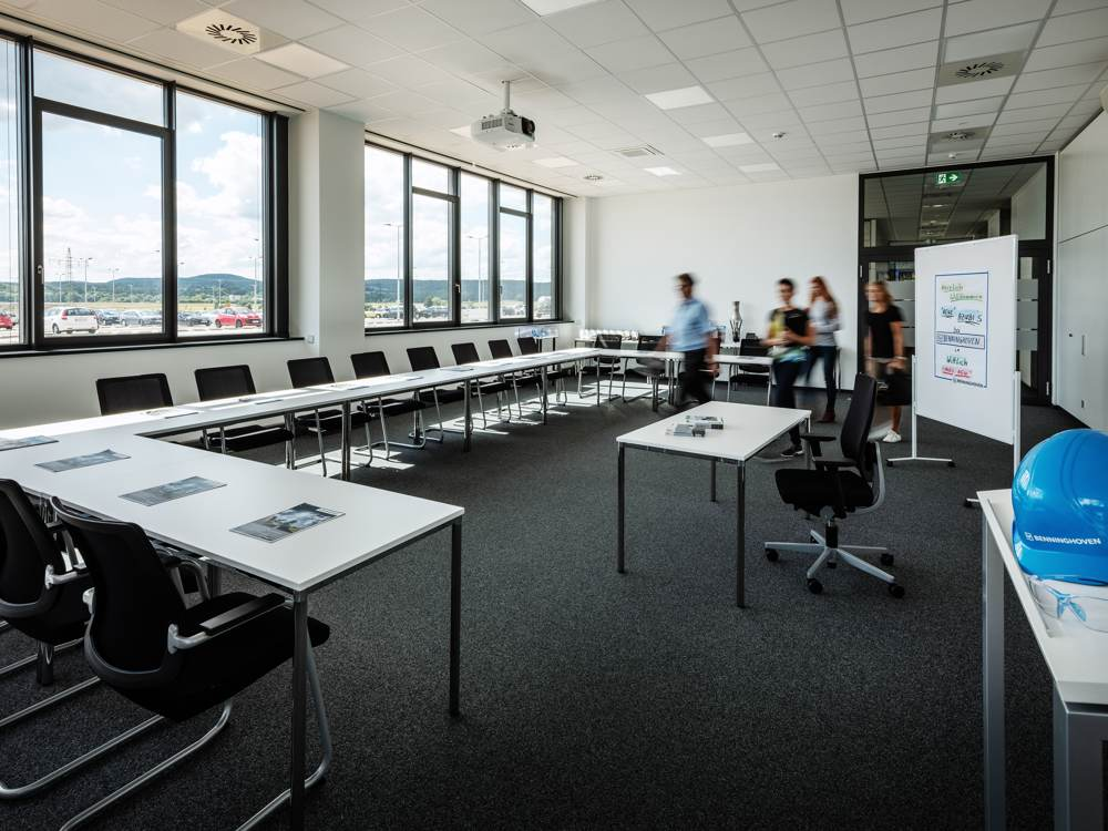 Seminarraum mit viel Licht. Abbildung: designfunktion