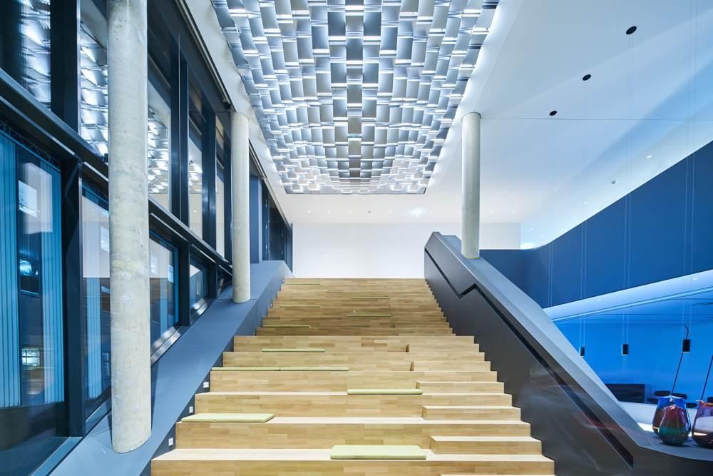 Das beeindruckende Entrée bietet Platz für Vorträge und Veranstaltungen für mehr als 70 Personen. Abbildung: Trilux