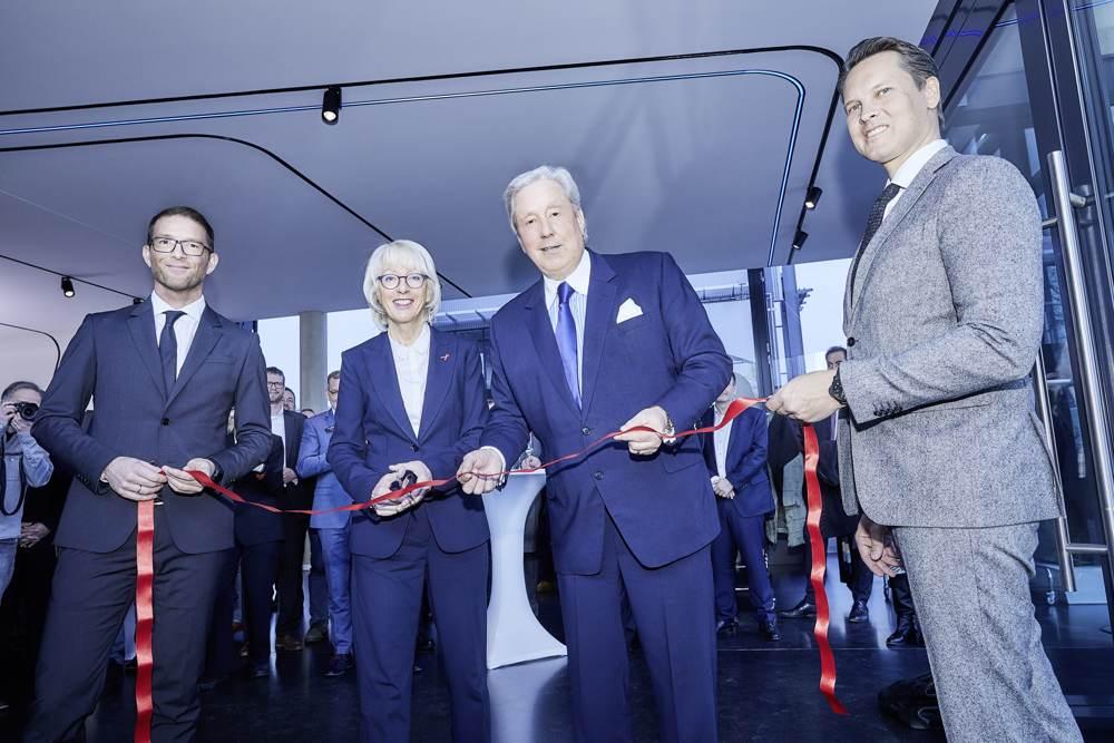 Elfi Scho-Antwerpes, Bürgermeisterin der Stadt Köln, durchschnitt als Ehrengast symbolisch das rote Band zur Eröffnung des neuen Trilux Standortes in der Domstadt. Abbildung: Trilux