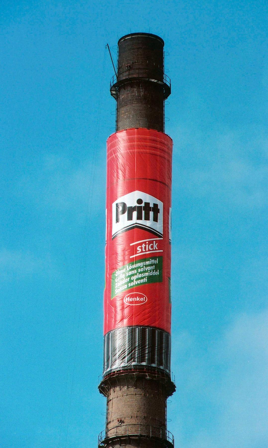 Mega Pritt-Stick als Schornsteinwerbung in Duesseldorf-Holthausen 1999. Abbildung: Henkel Adhesive Technologies