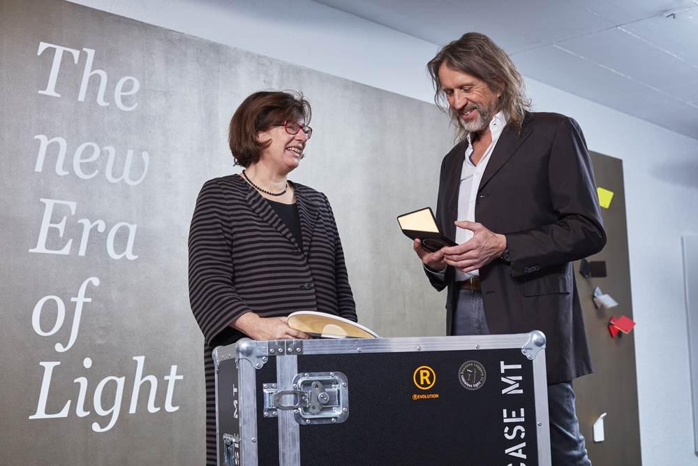 Sibylle Thierer, Vorsitzende der Geschäftsführung Häfele GmbH & Co. KG, mit Dietrich F. Brennenstuhl, Geschäftsführer Nimbus Group. Abbildung: Häfele/Nimbus/Uwe Ditz