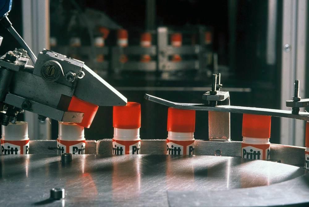 Deckel drauf, fertig. Produktion von Prittstiften 1990. Abbildung: Henkel Adhesive Technologies