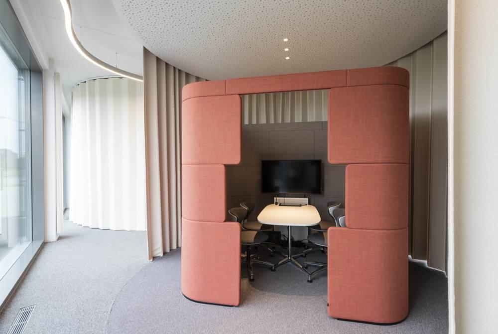 Akustikelemente und Raum-in-Raum-Lösungen beleben den Open Space. Abbildung: designfunktion/Sparkasse Weiden