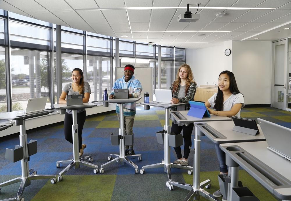 Um das Potenzial digitaler Lehrmethoden voll auszuschöpfen, müssen Umgebungen geschaffen werden, die individuelle ergonomische Bedürfnisse unterstützen. Abbildung: Ergotron
