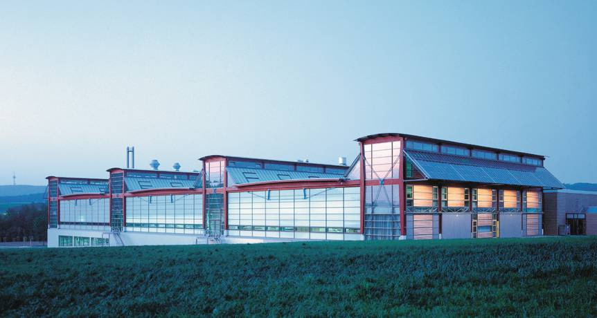 Produktionshallen von Wilkhahn in Eimbeckhausen (Architekt: Thomas Herzog). Abbildung: Wilkhahn