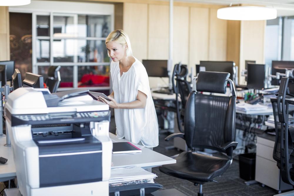 Eine Mitarbeiterin beim Drucken. Abbildung: Interseroh