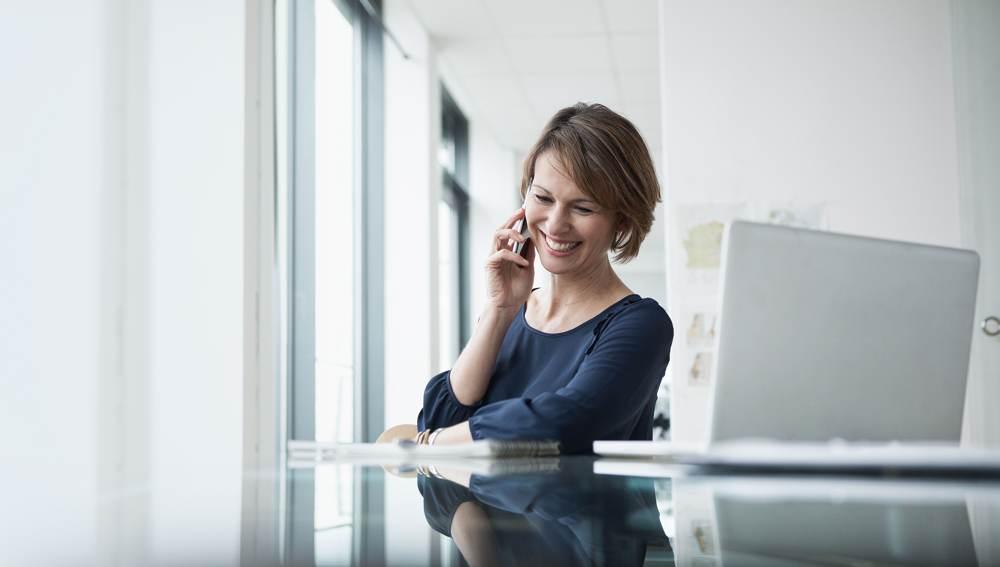 Mitarbeiterin beim Telefonieren. Abbildung: Avaya Deutschland