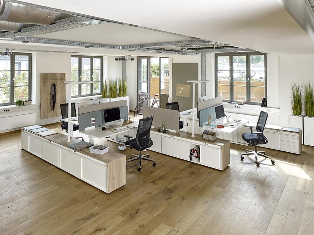 Moderne Großraumbüros bieten den Mitarbeitern viel Platz. Abbildung: Febrü