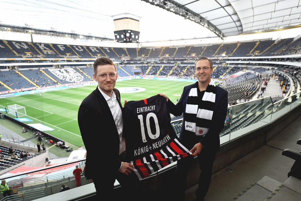 Anpfiff für die Partnerschaft von König + Neurath und Eintracht Frankfurt. Abbildung: König + Neurath