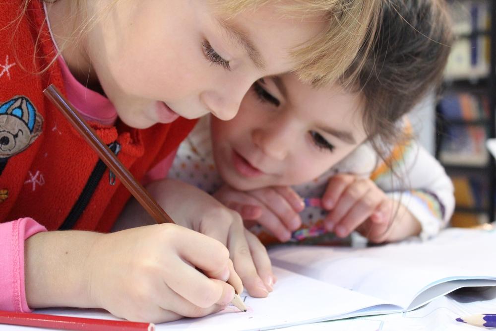 Malen, schreiben und basteln fördert die kognitiven und motorischen Fähigkeiten von Kindern. Abbildung: Pexels