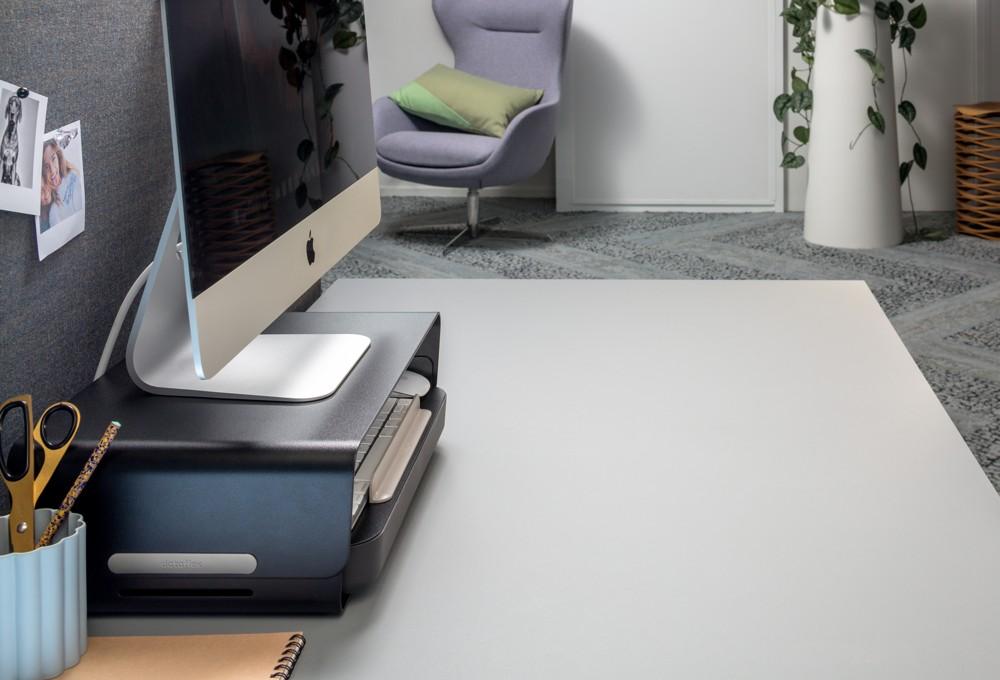 Das komplette Set von Addit Bento mit ergonomischer Toolbox und verstellbarer Monitorerhöhung. Abbildung: Dataflex