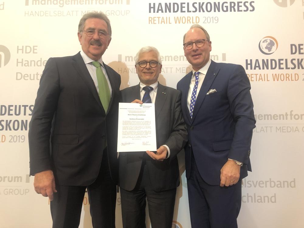 Der Präsident des HDE Joseph Sankjohanser, Thomas Grothkopp und Hauptgeschäftsführer Stefan Genth (v. l. n. r.). Abbildung: HDE