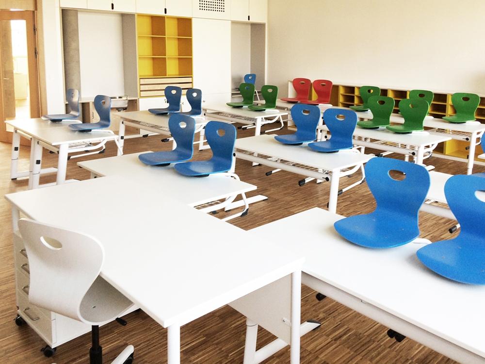 Smarte Schule mit ergonomischen Möbeln ausgestattet