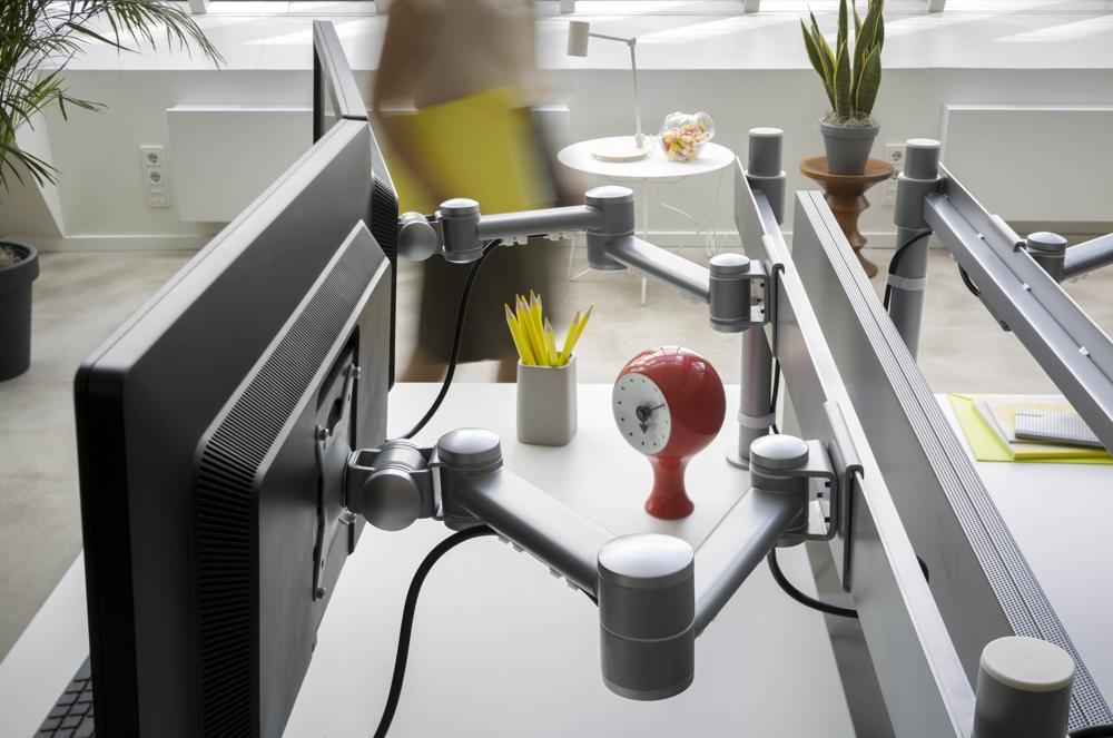 Ein fachgerecht installierter Monitorarm von Dataflex. Abbildung: Dataflex