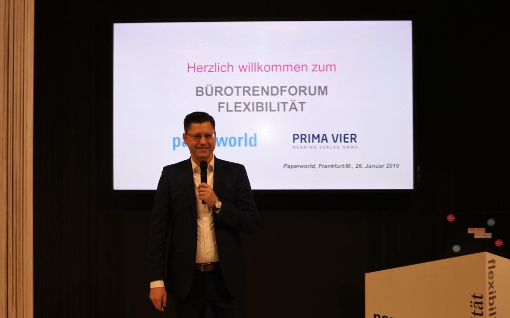 Das Bürotrendforum Smart Solutions wird von Dr. Robert Nehring, Chefredakteur Das Büro, OFFICE ROXX, OFFICE DEALZZ sowie Leiter des DIMBA, moderiert.