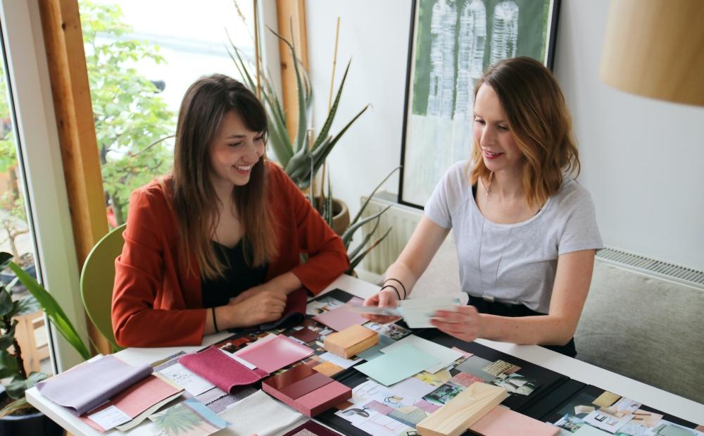 Die beiden Autorinnen des Farbkochbuchs Olivia Baum (l.) und Jutta Werner. Abbildung: Sedus