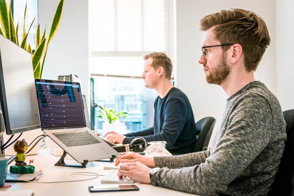 Viele Büroarbeiter sind nicht zufrieden mit den Möglichkeiten für den kommunikativen Austausch an ihrem Arbeitsplatz. Abbildung: Tim van der Kuip/Unsplash