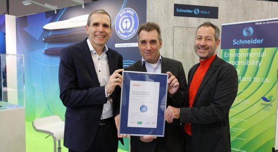 Schneider-Geschäftsführer Frank Groß (links) nimmt die Blauer-Engel-Auszeichnung für den Kugelschreiber Reco entgegen. Abbildung: Schneider