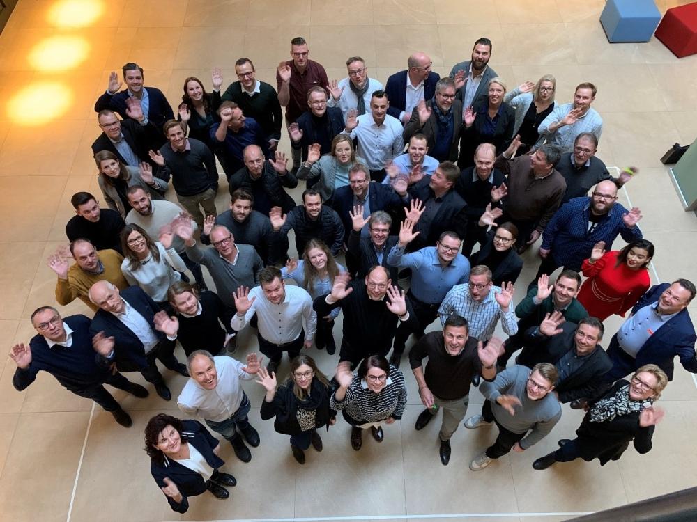 """Die Teilnehmer des Kick-off-Events zum neu geschaffenen Kompetenznetzwerks """"wir sind raum"""" stellen sich vor. Abbildung: Soennecken"""