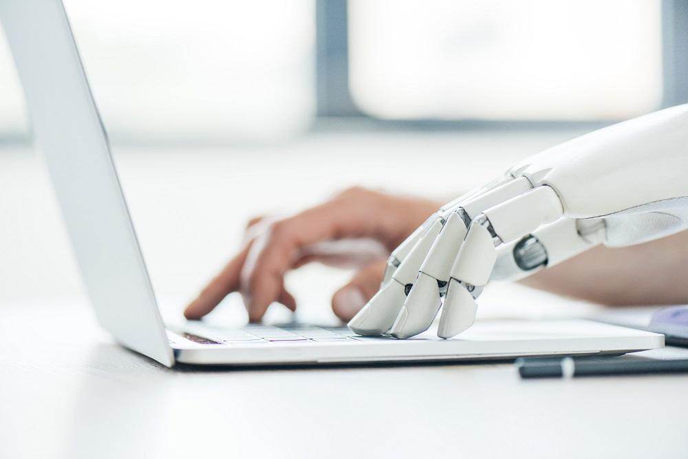 Automatisierung im Büro soll den Menschen nicht ersetzen, sondern ihn unterstützen. Abbildung: Shutterstock