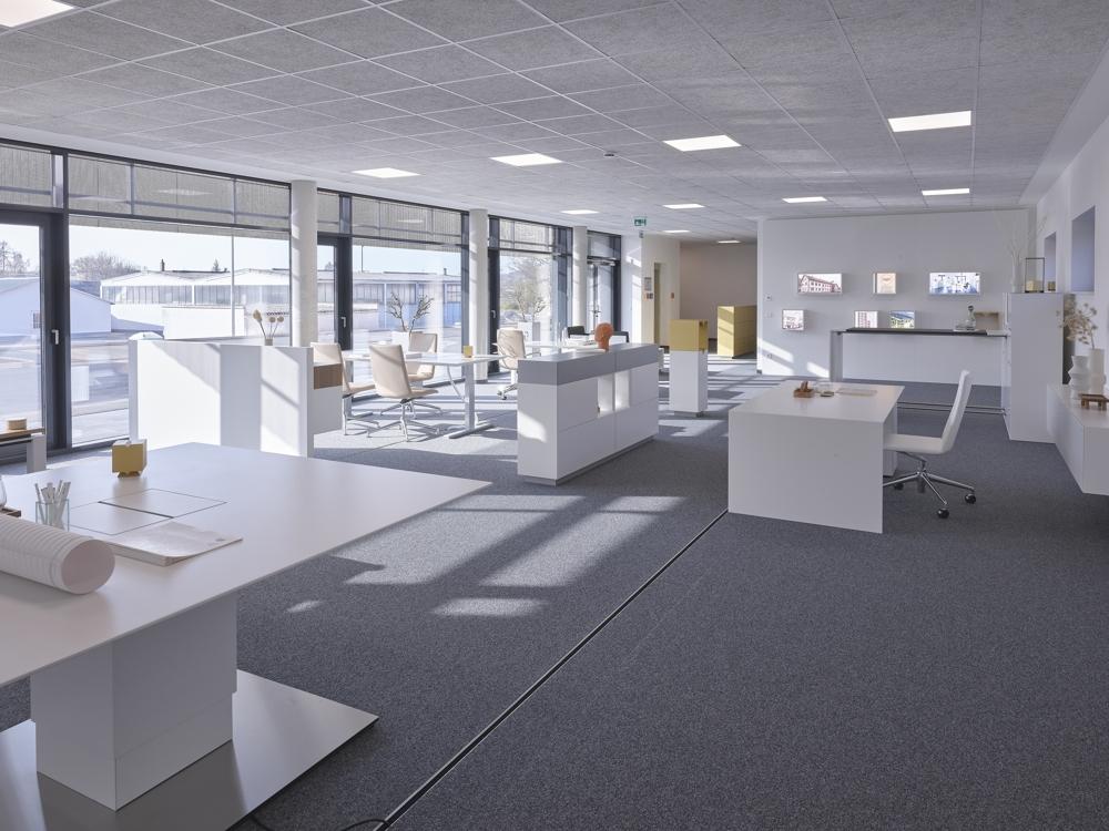 Inspirierende Bürowelten und Unternehmenshistorie im Erdgeschoss. Abbildung: Hund Möbelwerke