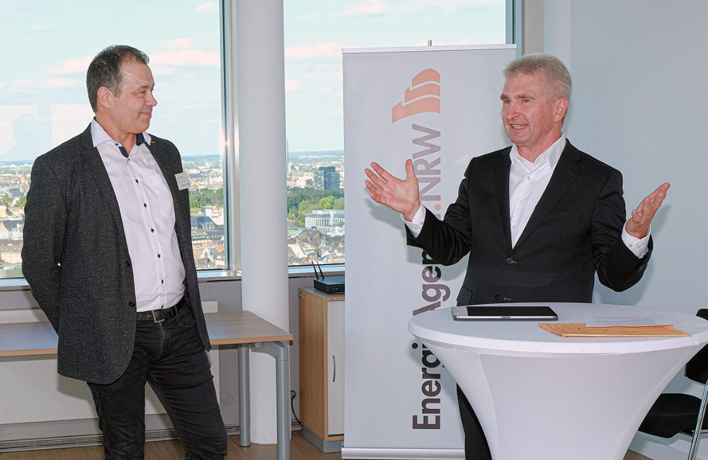 Horst Schillians (li.) nimmt den EnergieInnovationsPreis.NRW 2020 für Kaiser+Kraft von Minister Prof. Dr. Andreas Pinkwart (rechts) entgegen. Abbildung: Energieagentur NRW/Olaf Staschik