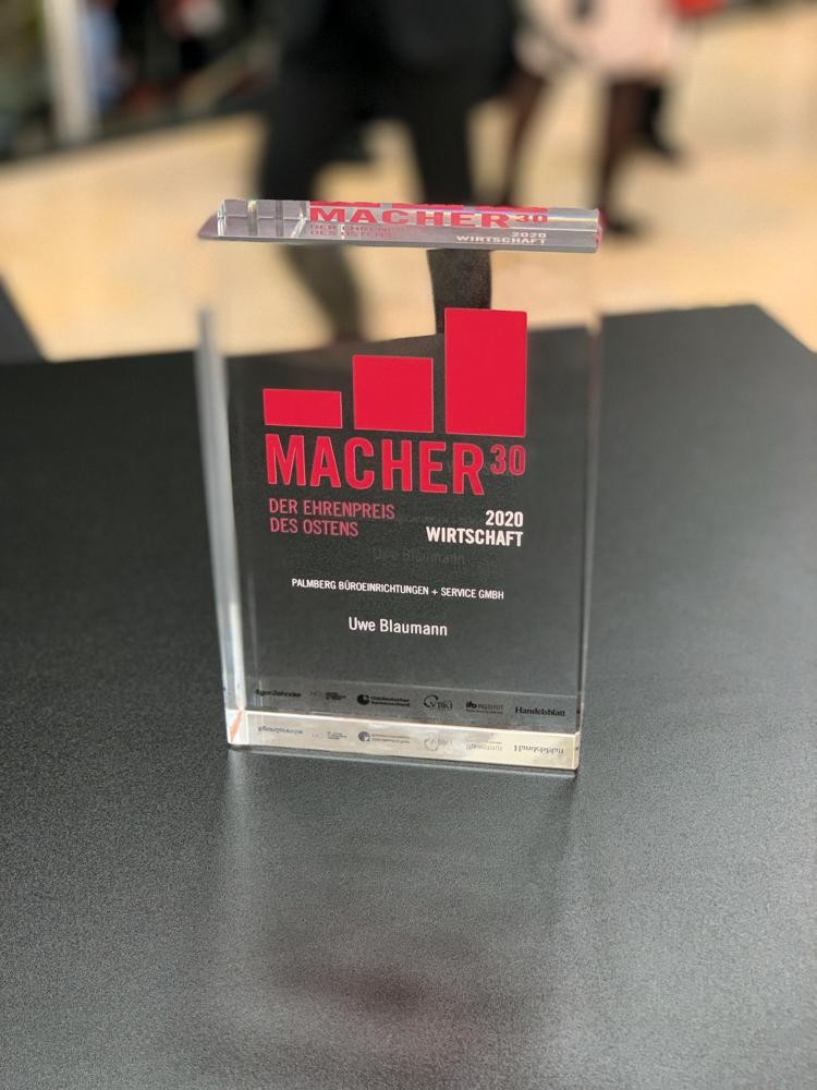 """Die Auszeichnung """"Macher 30 – der Ehrenpreis des Ostens"""". Abbildung: Palmberg"""